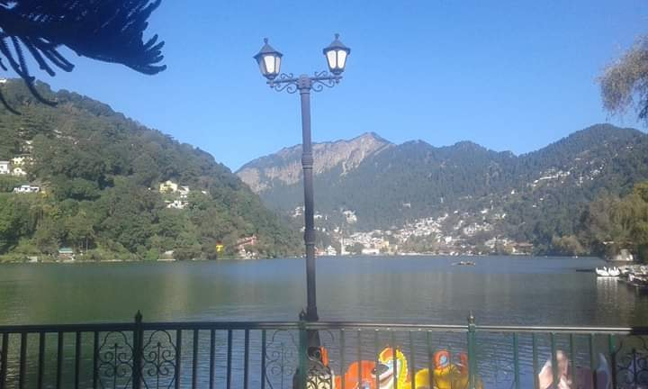a beautiful view of Nainital from mall road